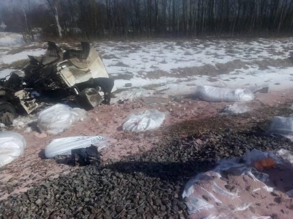 В брянских соцсетях появились фото жуткой аварии с КамАЗом на переезде