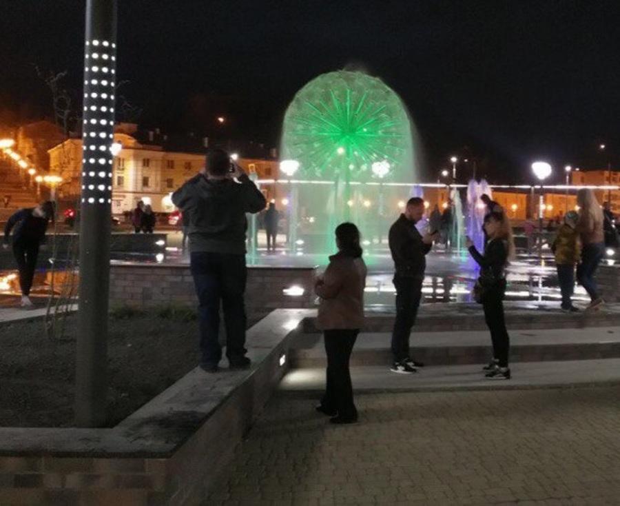 Трансвестит возле фонтана