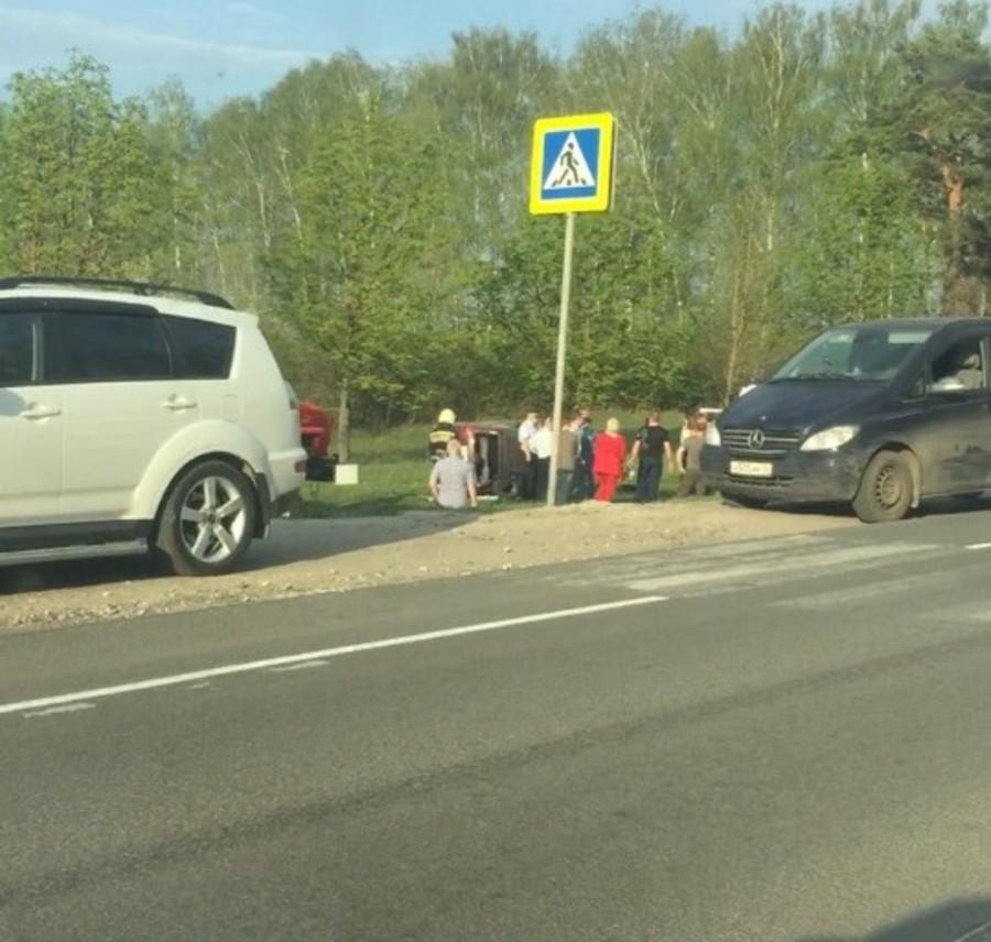 Под Брянском перевернулся автомобиль: есть раненые