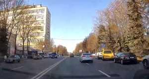 В Брянске сняли на видео проезд автохама на красный сигнал