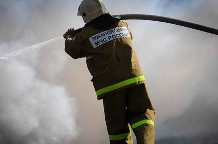В Злынковском районе почти час тушили горящие надворные постройки