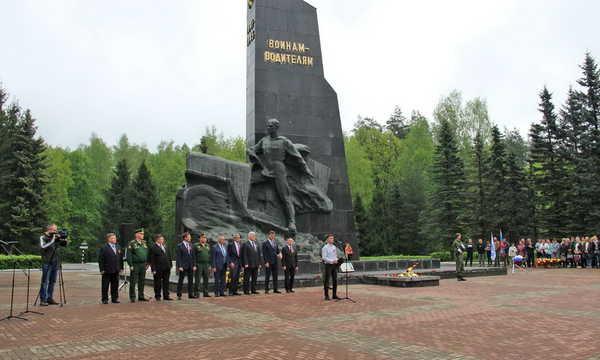 В Брянске накануне Дня Победы почтили память воинов-водителей