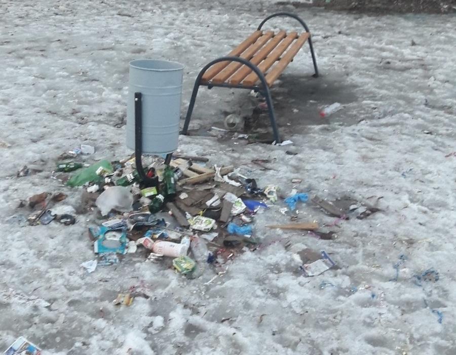 В Брянске жильцы многоэтажки жалуются на мусор на детской площадке