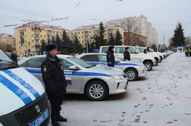В Брянске на площади Партизан полицейским передали 30 новых машин