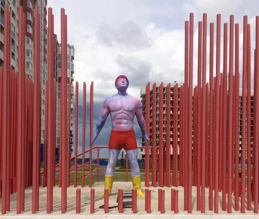 В Брянске раскрасили скульптуру «Отца-строителя» в Квартале Авиаторов