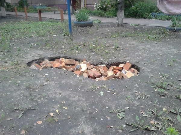 В Брянске огромную яму на улице Киевской заделали кирпичами