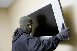 В Брянске уголовник попытался украсть у женщины телевизор, гитару и зеркало