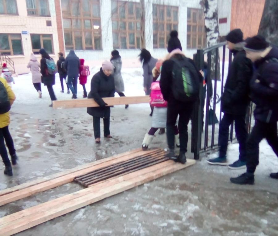 В Брянске огромная лужа перекрыла вход в школу №11