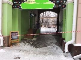 В Брянске коммунальщики перекрыли вход в магазин из-за сосулек