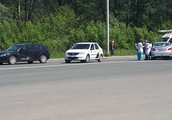 В Брянске на Флотской столкнулись две иномарки: есть пострадавшие