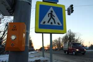 Брянцы лезут под колеса машин из-за «хитрых» светофоров
