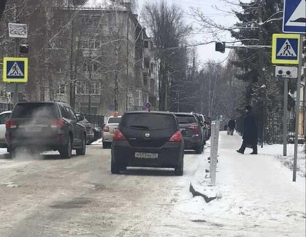 В Брянске сняли на фото автохамов возле гимназии №7