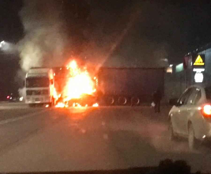В Брянске водитель «Audi 80» влетел в фуру и загорелся
