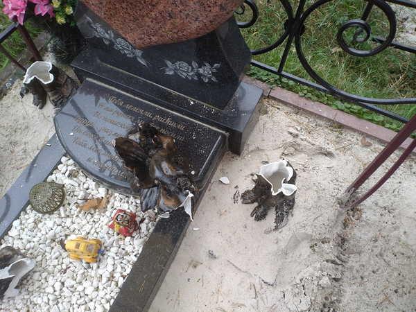 В Брянске вандалы снова разбили ангелочков на могиле ребёнка
