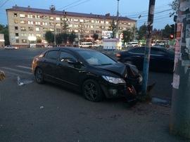 В Брянске иномарка вылетела на тротуар у ТЦ «Тимошковых»